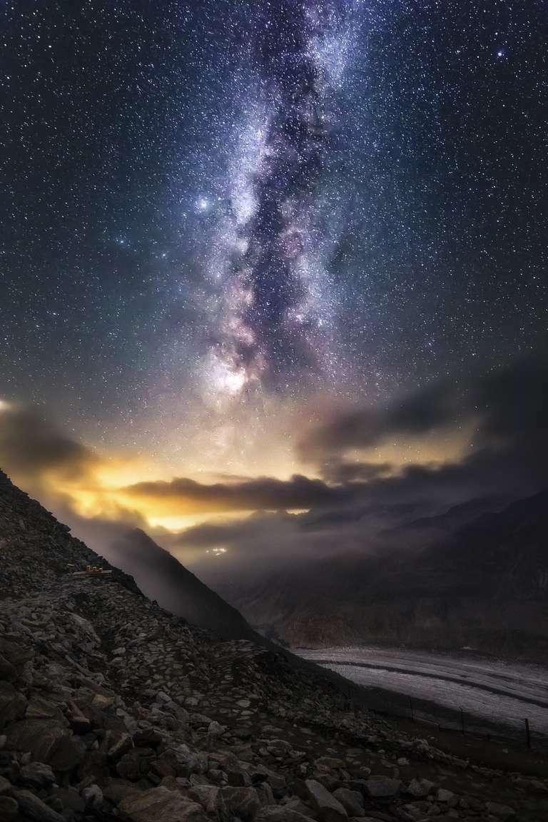 Sky In Action - Ein imposantes Foto von Heimatlicht Nick Schmid. Es zeigt die Milchstraße hoch über den Schweizer Alpen. Das Foto ist bei uns als Wandbild verfügbar.