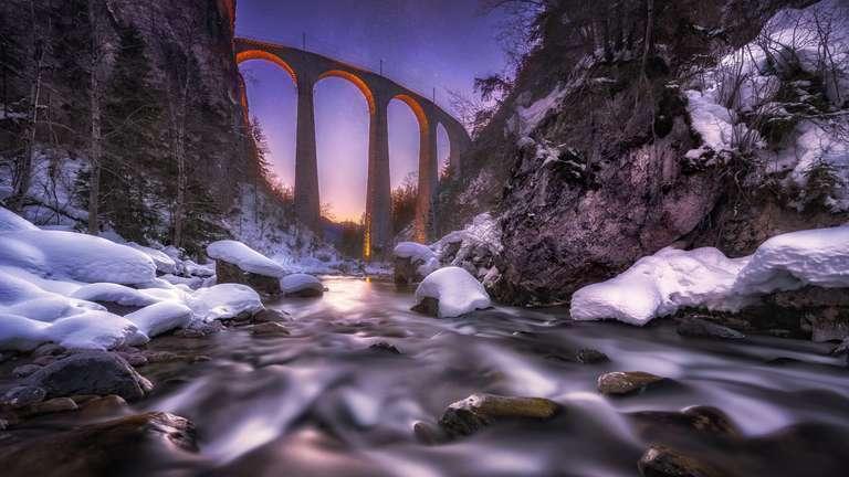 Winterstimmung am Landwasserviadukt - Das bekannte Landwasserviadukt - eine Eisenbahnbrücke in Graubünden (Schweiz) - ist ein bekanntes Motiv. Unser Fotograf André Wandrei hat das bekannte Motiv kunstvoll eingefangen und bietet es hier nun als hochwertiges Wandbild an.