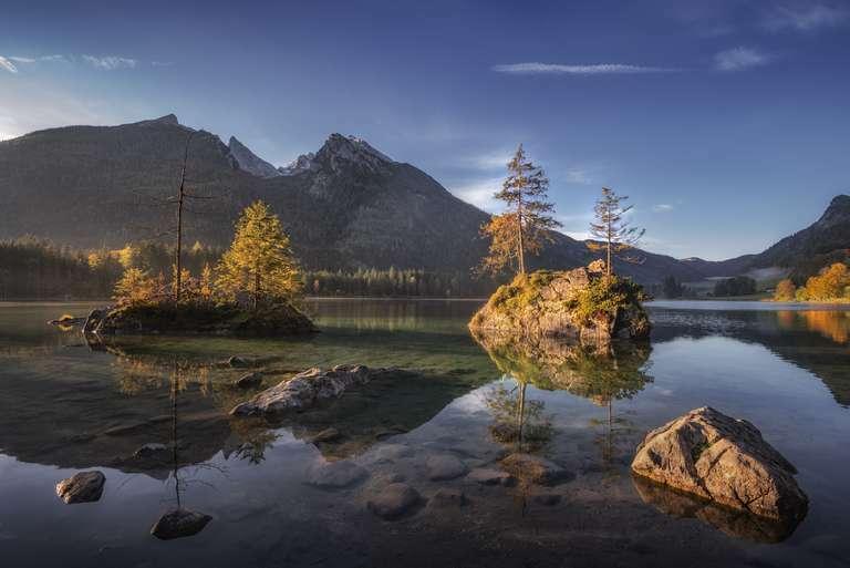 Erstes Morgenlicht am Bergsee