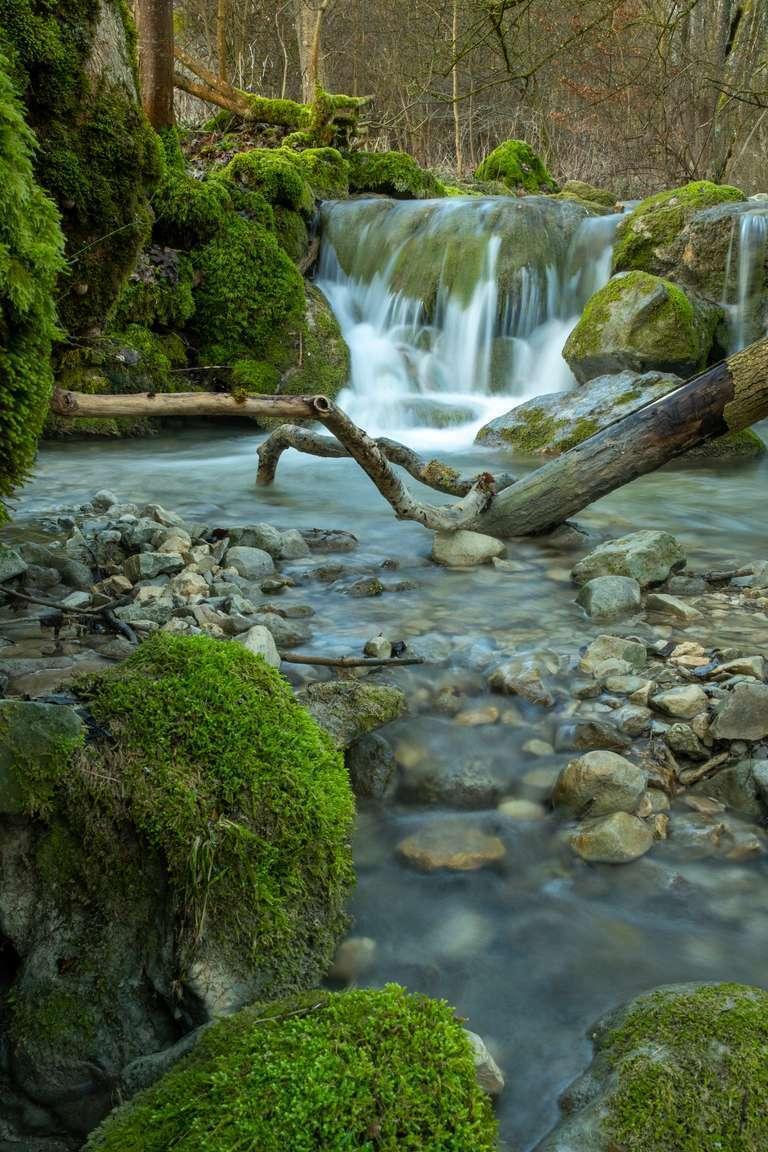 Kleiner Wasserfall am Bachlauf in Bad Überkingen