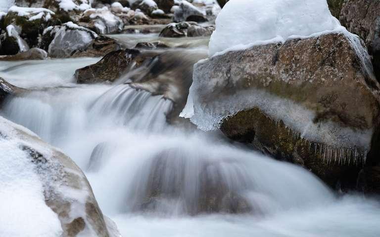 Eiszapfen im Bachlauf
