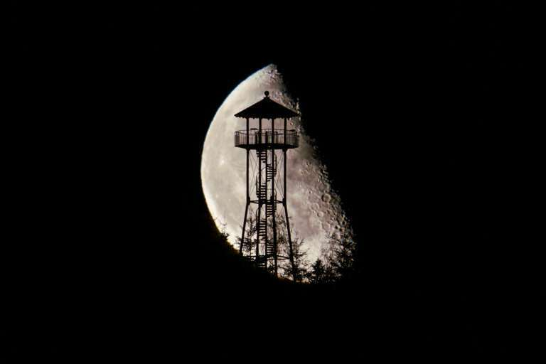 Geigerskopfturm vor Halbmond