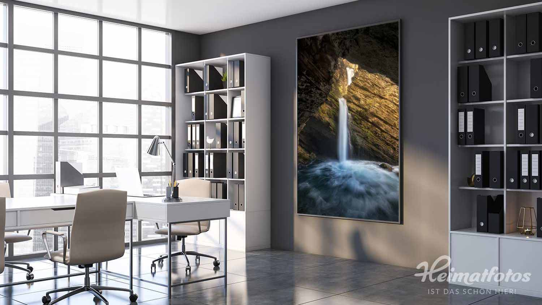 Ein Leuchtkasten mit Halbe Rahmen und LED-Matrix von Heimatfotos in einem Büro. Der Leuchtkasten zeigt ein Foto eines Wasserfalls in den Schweizer Alpen. Er bietet eine wundervolle Lichtstimmung. Das Foto ist von unserem Heimatlicht und Fotograf Nick Schmid