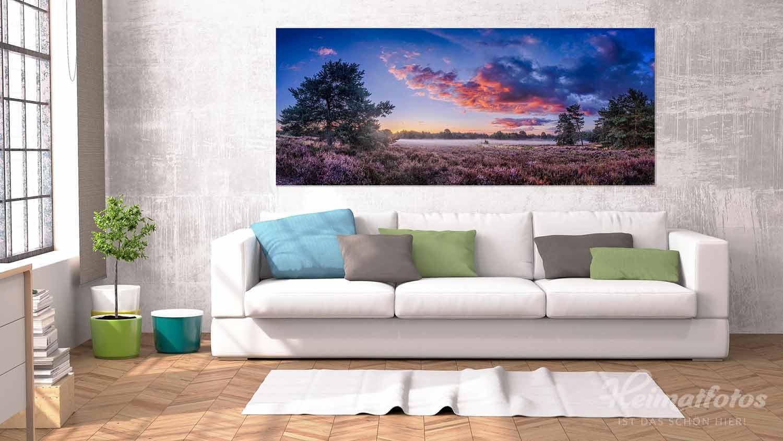 Ein Fine Art Panorama Wandbild von Heimatfotos, gedruckt im UV-Direktdruck hinter mattes Acrylglas, in einem Wohnzimmer über dem Sofa. Das Wandbild zeigt ein Foto der Mehlinger Heide in der Pfalz. Das Foto ist von unserem Heimatlicht und Fotograf Christian Fernandez Gamio