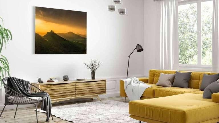 Wandbild von Heimatfotos aus der Pfalz in einem Wohnzimmer - echter Fotoabzug auf AluDibond in bester Bildqualität - Ein Foto von Fotograf und Heimatlicht Niko Benas aus Karlsruhe - Das Foto zeigt eine Burg auf einem Berg im Pfälzer Wald im Sonnenlicht