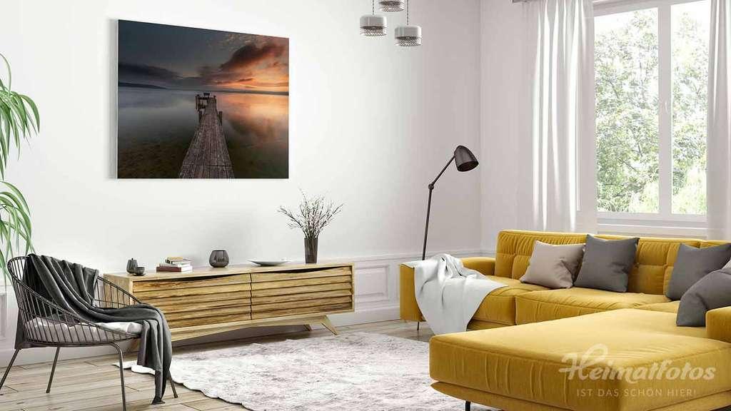 Ein Fine Art Panorama Wandbild von Heimatfotos, gedruckt im UV-Direktdruck hinter mattes Acrylglas, in einem Wohnzimmer. Das Wandbild zeigt ein Foto eines Sees in Bayern. Das Foto ist von unserem Heimatlicht und Fotograf Markus Brandstetter