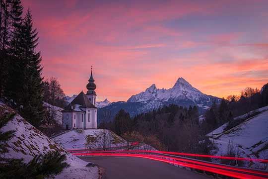 Der Watzmann ruft - Ein Motiv von Fotograf Niko Benas aus Bayern. Das wunderschöne Foto aus den bayerischen Alpen zeigt eine Kapelle. Es eignet sich besonders gut als hochwertiger Druck in einem Leuchtkasten. Auch als Wandbild in verschiedenen Größen und auf verschiedenen Materialien ist es bei Heimatfotos verfügbar
