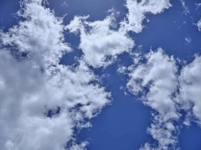 Blick in den strahlend blauen Himmel mit einigen Wölkchen - 2 (Sehr hochauflösend)