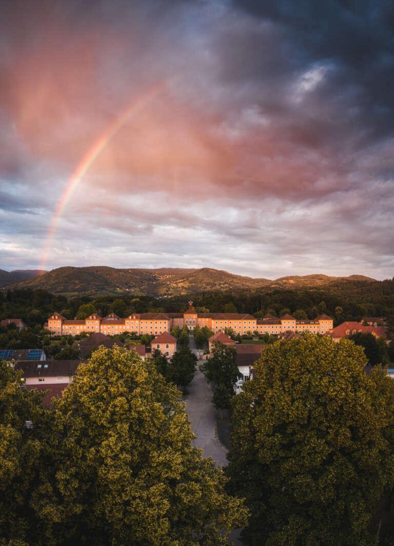 Sonnenuntergang bei der Illenau in Achern mit Regenbogen