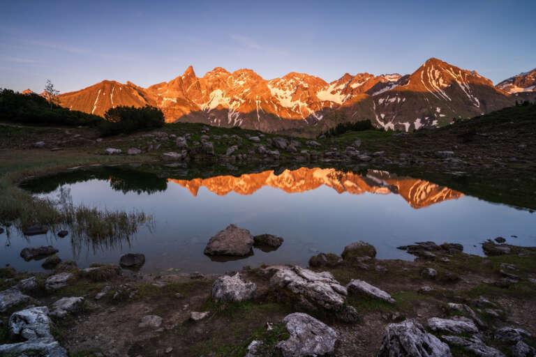 Bergsee im Abendlicht