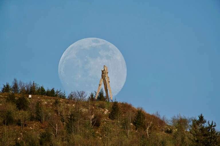 Mondaufgang hinter Lothardenkmal