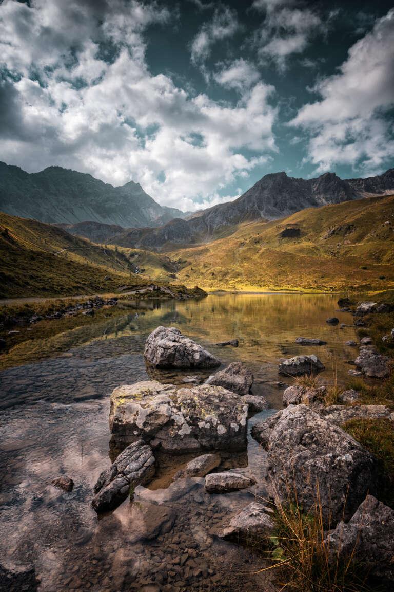 Steine im Bergsee