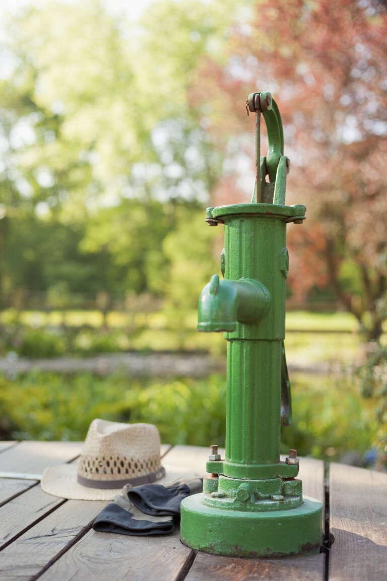 Alte Schwengelpumpe in einem Garten